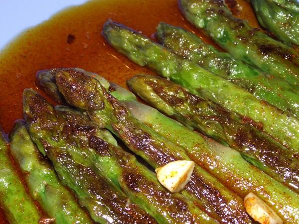 Espárragos Verdes con Salsa Roja de Ajo