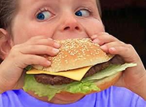 El terrible daño que causa la comida chatarra en los niños