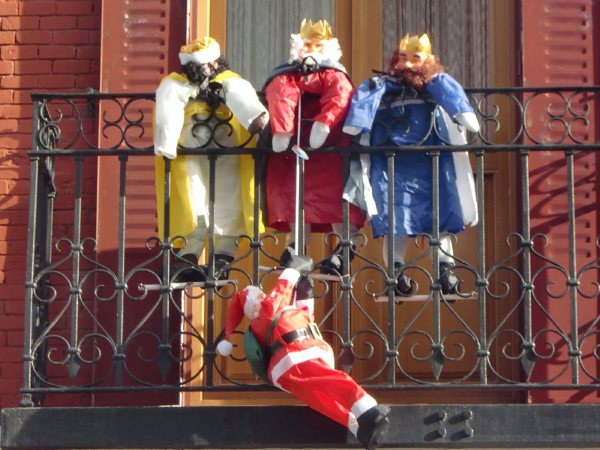 Navidades Sorprendentes  Papa Noel y los Reyes Magos