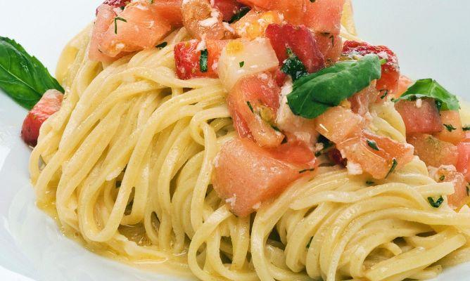 Espagueti de quinoa con tomate, mozarela de búfala y albahaca